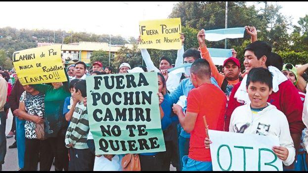 Persisten los bloqueos en Camiri; hay 26 detenidos y tres policías heridos