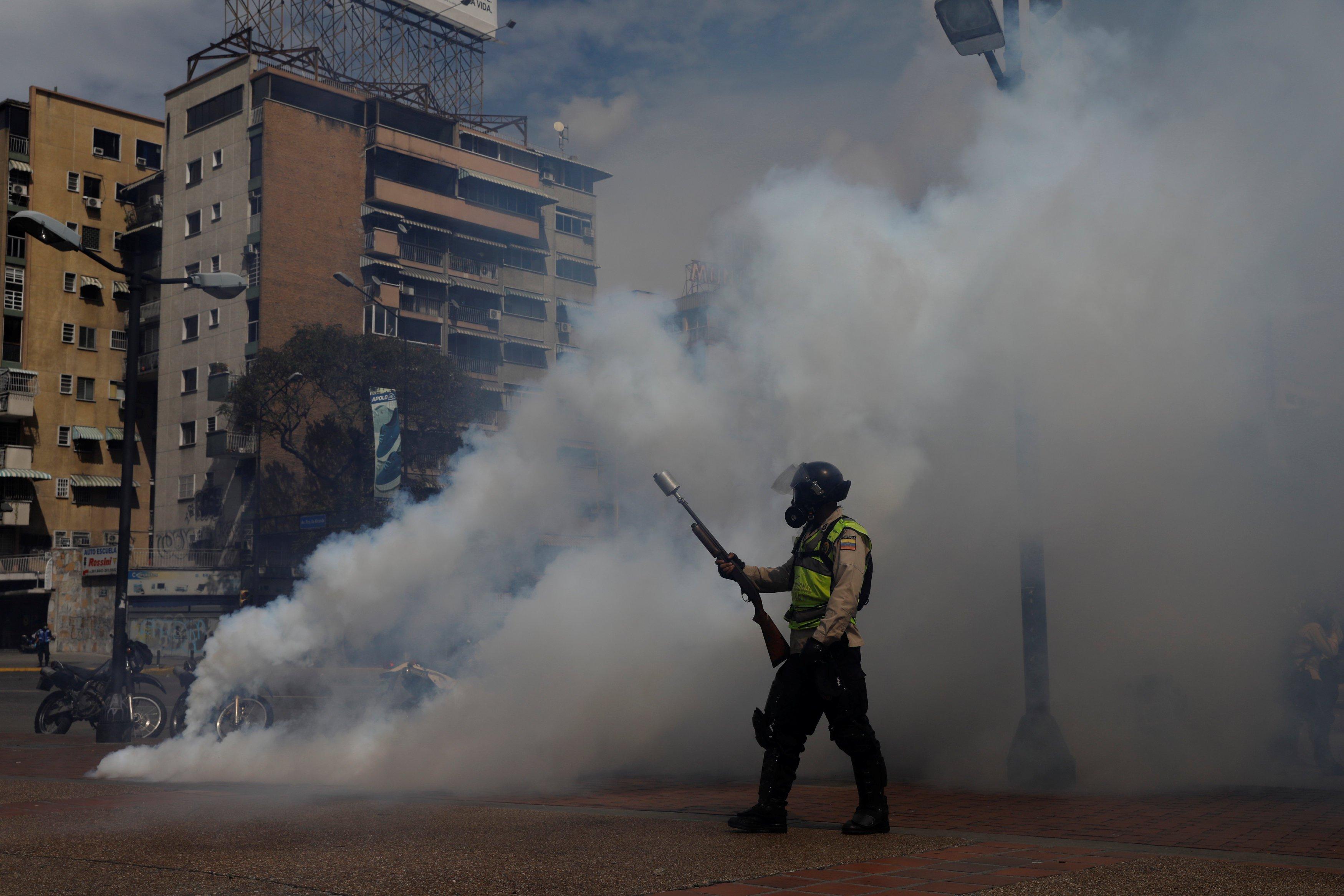 Funcionarios de la PNB y efectivos de la GNB arremetieron contra la manifestación pacífica en Altamira. REUTERS/Carlos Garcia Rawlins
