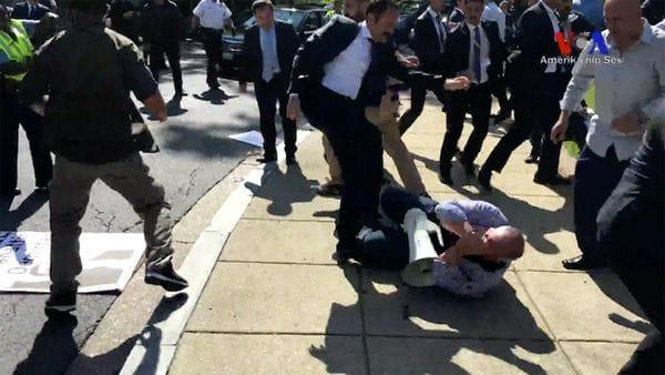 Busca arrestar a 12 agentes turcos y guardaespaldas de Erdogan