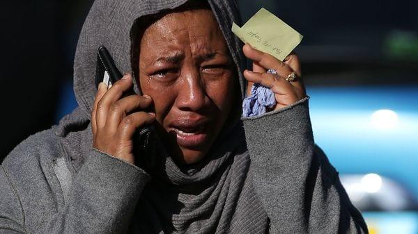 Una mujer reacciona ante el incendio en el oeste de Londres (AFP)