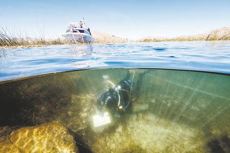 Buceadores trabajan en la búsqueda de los tesoros en el lago Titicaca.