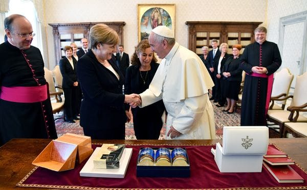 Angela Merkel le regaló a Francisco alfajores y dulce de leche, dos productos típicos de Argentina (AP)