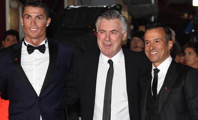 Cristiano Ronaldo, Carlo Ancelotti y Jorge Mendes. (Reuters)