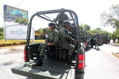 Uniformados refuerzan la seguridad en torno al hotel sede de la reunión de Organización de Estados Americanos (OEA), que dará inicio este lunes en la ciudad de Cancún, México. Foto: EFE