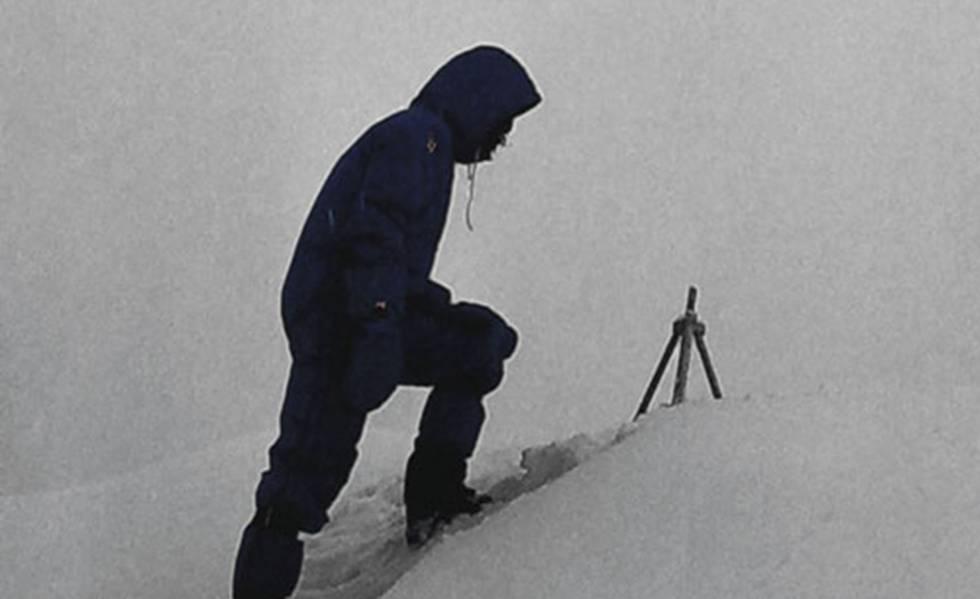 Messner, en 1980, junto al trípode abandonado en la cumbre del Everest.