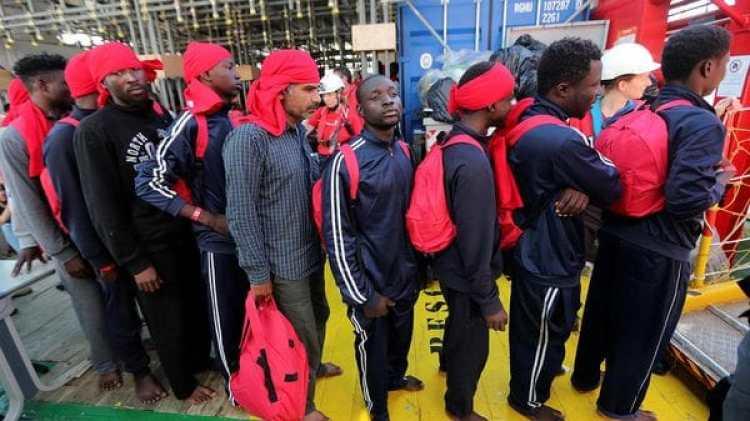 Migrantes llegados a Italia esperan ser trasladados (Reuters)