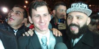 """El casamiento de Messi: el """"doble de cuerpo"""" del crack apareció vestido de novio y revolucionó a los vecinos"""
