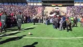 El puntapié del presidente Evo Morales golpea a dos militares en El Alto