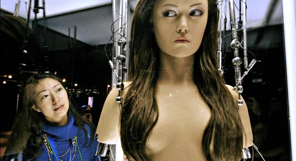 Una mujer observa a un robot