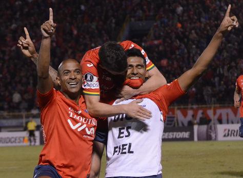 Álvarez (der.) celebra su gol acompañado por el brasileño Serginho