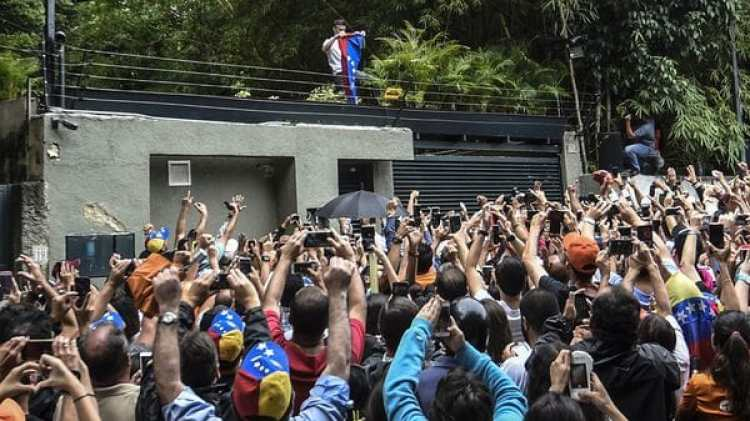Los seguidores de Leopoldo López se congregaron el sábado en su domicilio (AFP PHOTO)