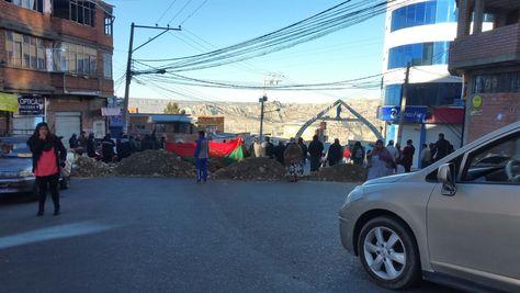 Vecinos bloquean en la zona de Pampahasi este martes 11 de julio de 2017. Foto: Ángel Guarachi