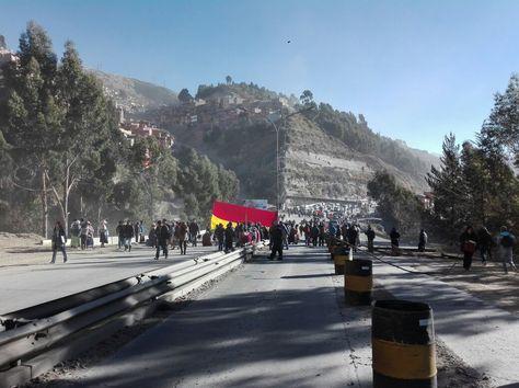 Vecinos de Pura Pura bloquean la Autopista La Paz - El Alto a la altura del Bosquecillo.