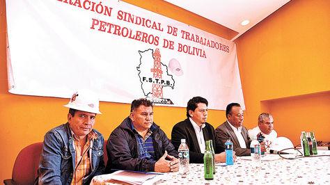 La dirigencia de los petroleros y el presidente de YPFB, Óscar Barriga (c.), se reunieron el jueves.