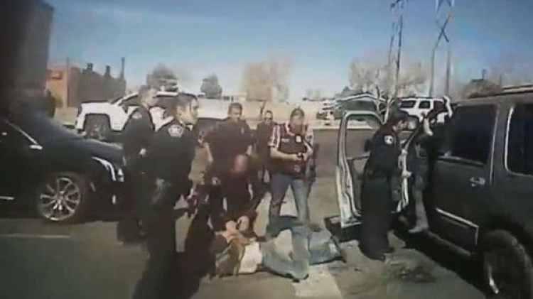 Los policías rodean al criminal antes de trasladarlo