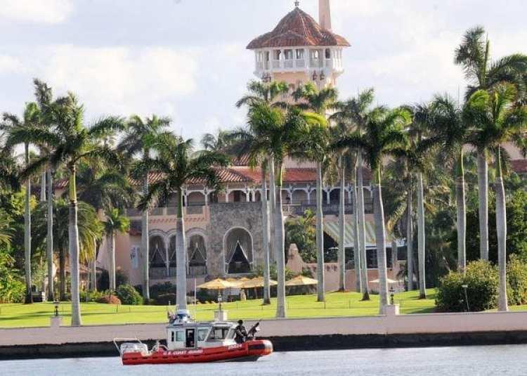 En 2015 el presidente Donald Trump obtuvo permiso del Departamento de Trabajo para contratar a 64 trabajadores de manera temporal en su exclusivo club Mar-a-Lago, en la costa sureste de Florida
