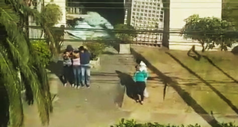 La mujer y las tres personas que fueron usadas como escudo humano.