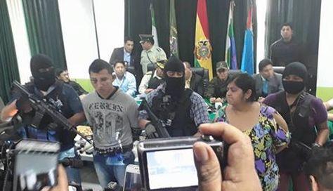 Los dos detenidos en el caso del atraco frustrado a la joyería Eurochronos en Santa Cruz de la Sierra. Foto: Frecuencia Policial SC - Bolivia