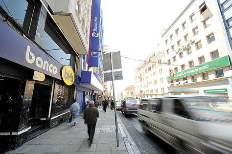 Servicio. Vista de la avenida Camacho, en La Paz, donde están situadas varias entidades bancarias. Foto: archivo La Razón