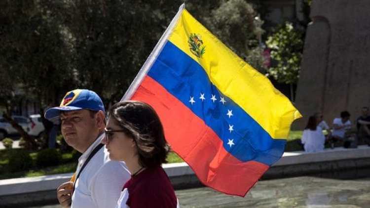 Dos venezolanos acuden al centro de votación en Madrid (Reuters)
