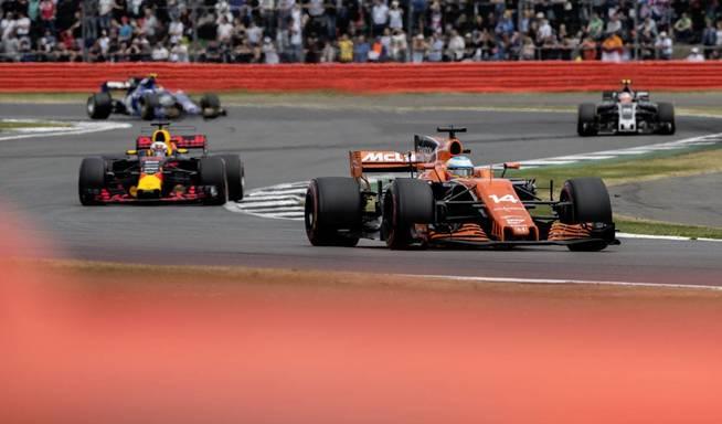 Alonso, luchando en el Gran Premio de Gran Bretaña. (EFE)