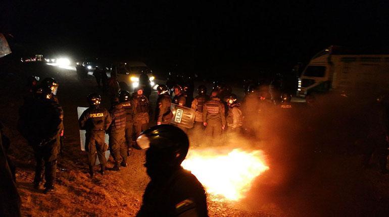Policía interviene bloqueo en Colomi y abre ruta a Santa Cruz