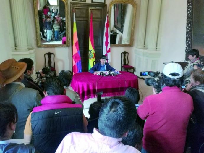 AUTORIDAD. El gobernador Esteban Urquizu, durante una conferencia de prensa.