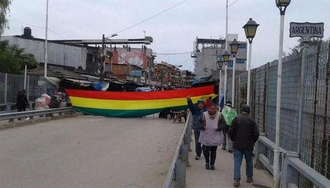 La asociación de bagayeros de Gran Chaco bloquean el puente internacional entre Bolivia - Argentina