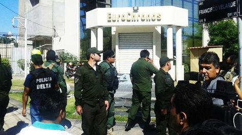 Policias vigilan el ingreso a la joyería Eurochronos en Santa Cruz, tras el atraco frustrado de cuatro delincuentes.