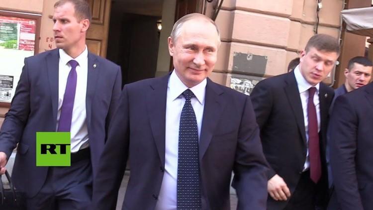 Video: Una turista besa a Putin en una céntrica calle de Moscú