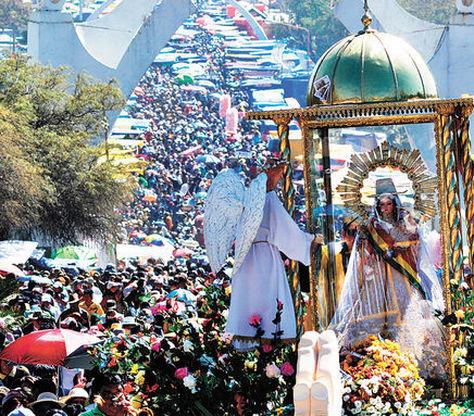 Millares de devotos peregrinaron al santuario de la Virgen de Urkupiña,