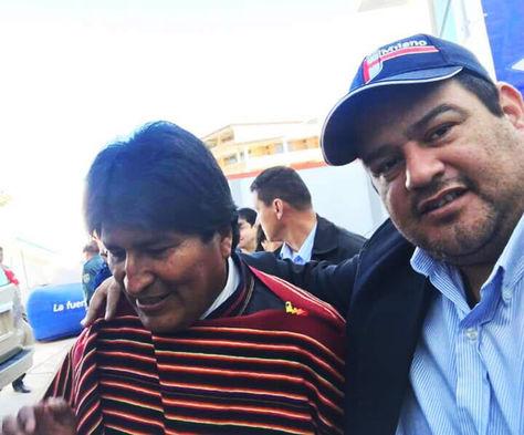 Gutiérrez abraza al presidente Evo Morales en un acto público.