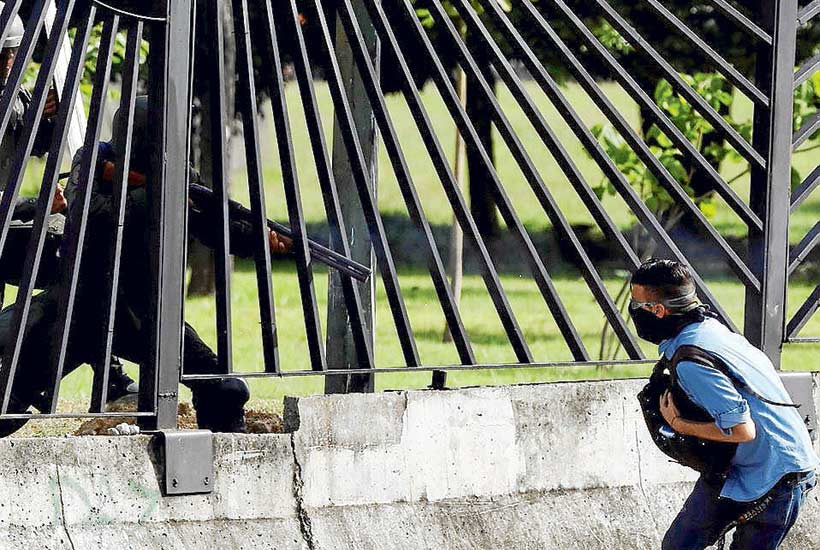 El momento en que un Guardia Nacional dispara a quemarropa a David Vallenilla, el 22 de junio. Foto: Reuters