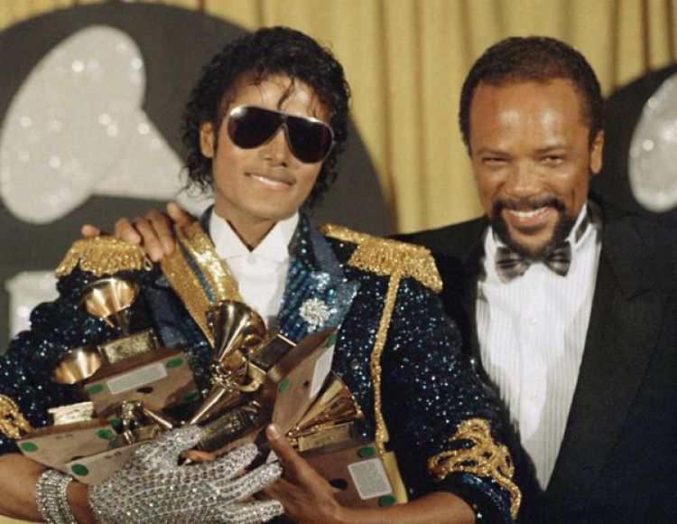 Quincy Jones y Michael Jackson en la ceremonia de los Grammys en 1984, donde el Rey del Pop ganó ocho premios. (AP Photo/Doug Pizac, File)