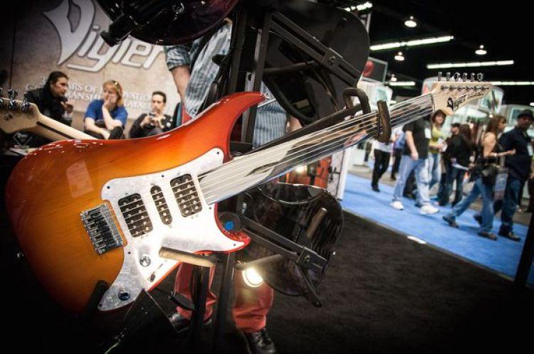 Una guitarra eléctrica expuesta en la muestra de la Asociación Nacional de Comerciantes de Música (Wikimedia)