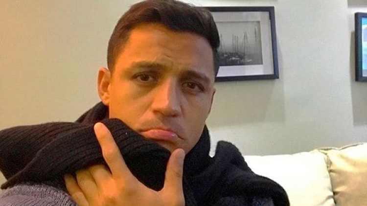 El chileno Alexis Sánchez publicó imágenes de su gripe en las redes sociales