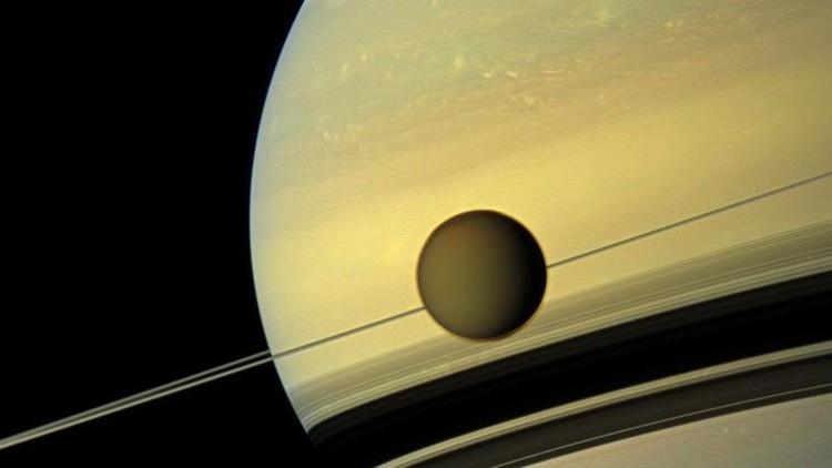 La NASA detecta en un satélite de Saturno moléculas necesarias para la vida (VIDEO)