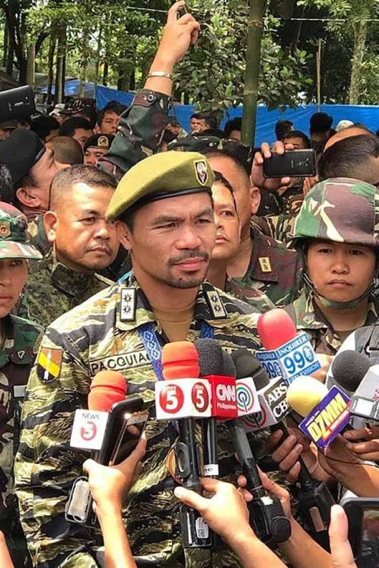 Manny Pacquiao visitó las tropas filipinas que combaten al ISIS (AFP)