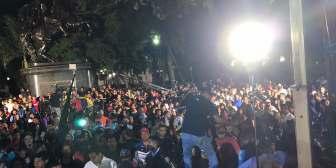 Chavistas bailan en la Plaza Bolívar mientras Venezuela vive el luto