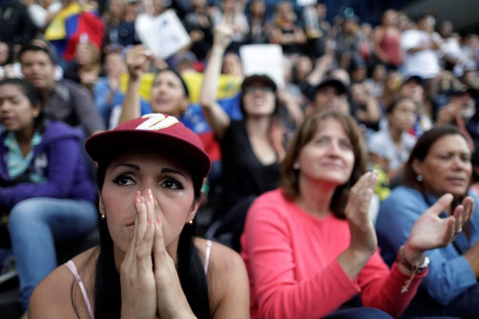 Una mujer llora en una concentración de homenaje a las víctimas de la represión en Venezuela.