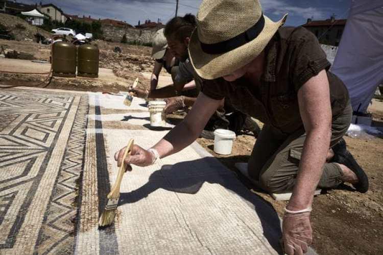 Trabajos sobre uno de los mosaicos hallados (AFP)