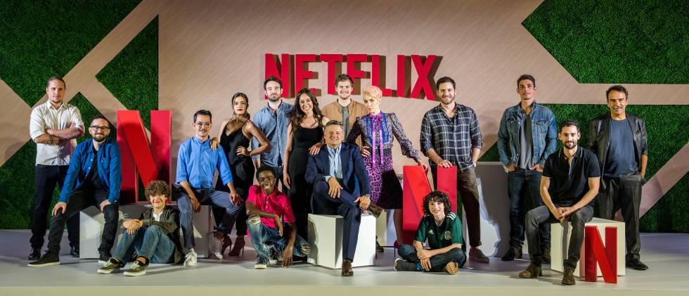 Ted Sarandos acompañado de actores y directores de las series de Netflix.