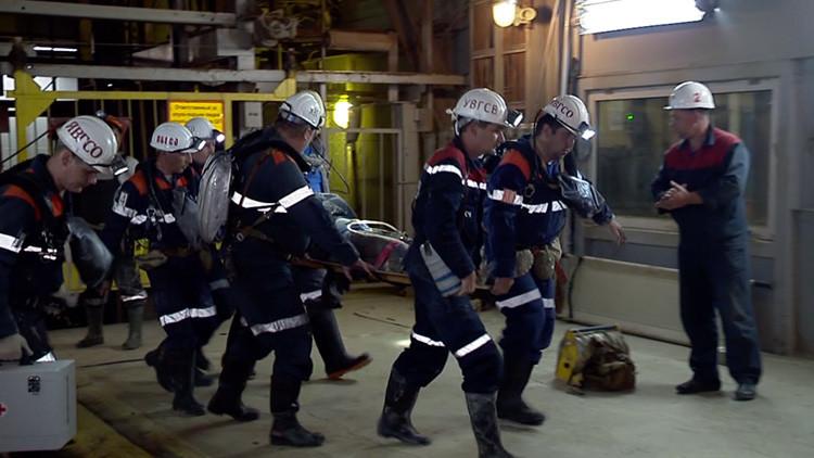 Rescate milagroso en Rusia: Sacan a la superficie a un minero tras un día incomunicado (VIDEO)