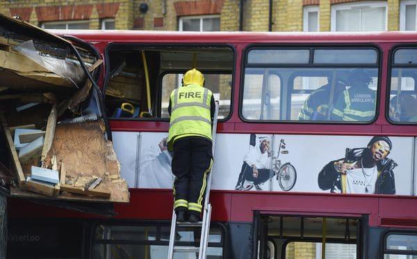 Autobús de dos pisos se impacta contra tienda en Londres