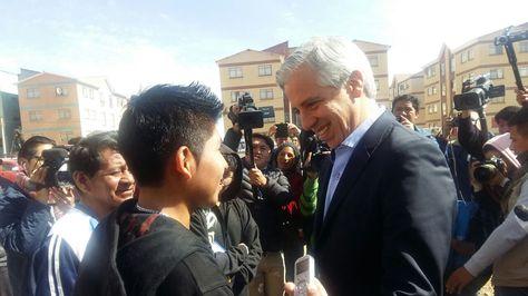 El vicepresidente Álvaro García con Alan, hermano de la niña que murió por hambre. Foto:Vicepresidencia
