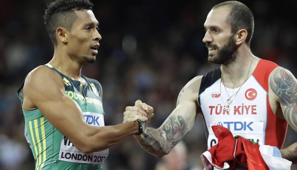 Ramil Guliyev, a la derecha, saluda a Wayde van Niekerk este jueves tras la prueba de 200 metros.