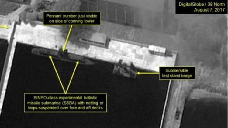 En las imágenes tomadas el 7 de agosto se observa el submarino que estarían siendo cargado con misiles. (38 North)