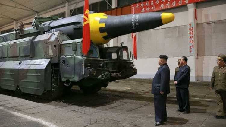 Kim Jong Un inspecciona un misil balístico Hwasong-12(Reuters)