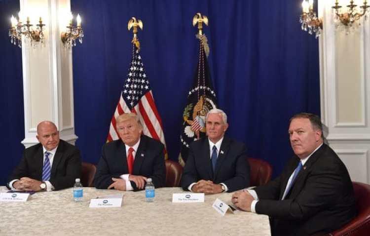 El presidente Donald Trump, junto a su asesor H. R. McMaster, a su derecha, y el vicepresidenteMike Pence y el director de la CIA Mike Pompeo, a su izquierda (AFP)