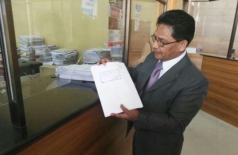 El concejal de La Paz Jorge Silva muestra el documento del recurso que busca anular 11 artículos de las Ley 233.